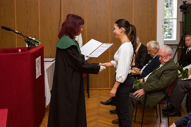 Bozsánovics Maja átveszi a Nemzeti Felsőoktatási Ösztöndíjról szóló oklevelét.